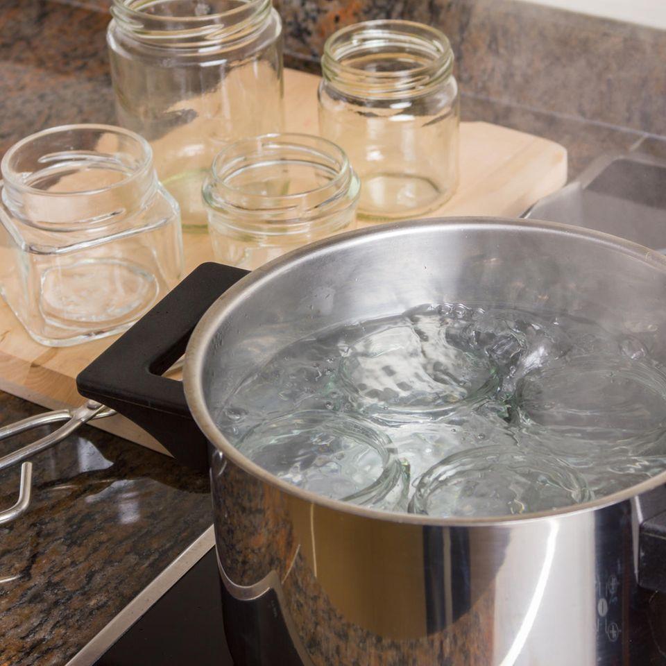 Gläser sterilisieren: Gläser im Topf mit kochendem Wasser