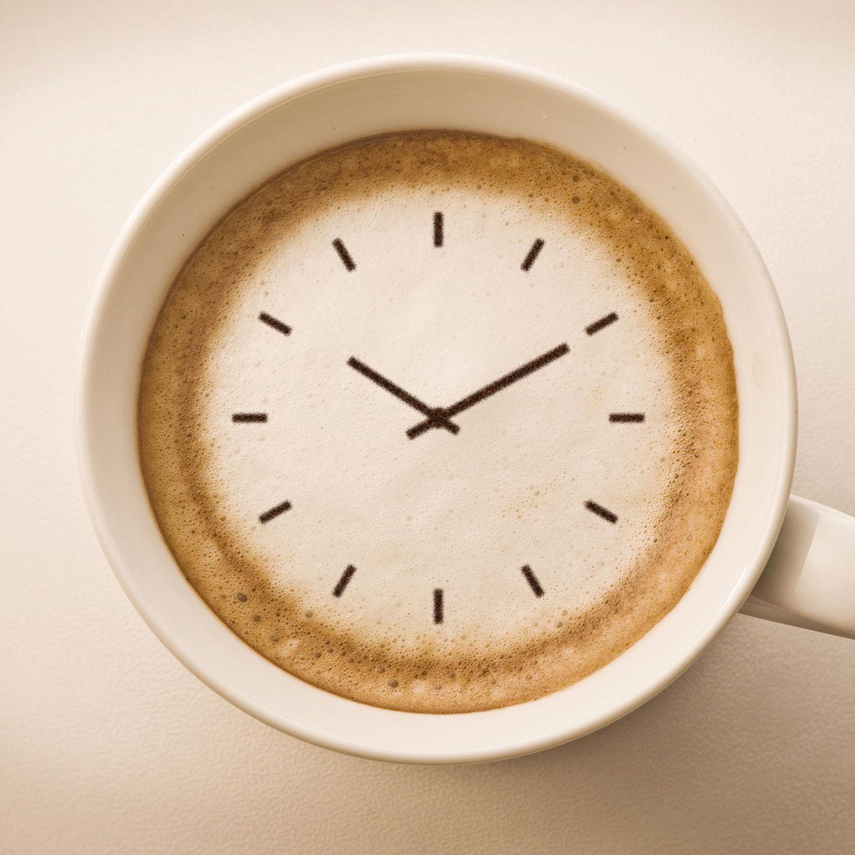 Kaffee-Fehler: Kaffeetasse mit einer Uhr