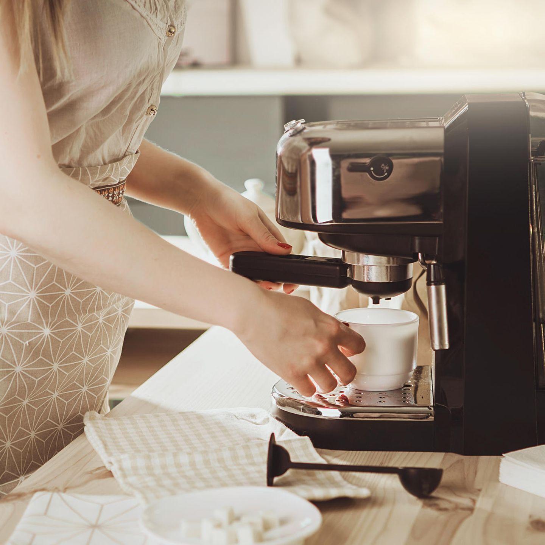 Kaffee-Fehler: Frau bereitet Kaffee zu