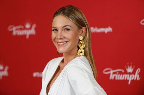 Alina Merkau trägt gewagte Bluse im TV