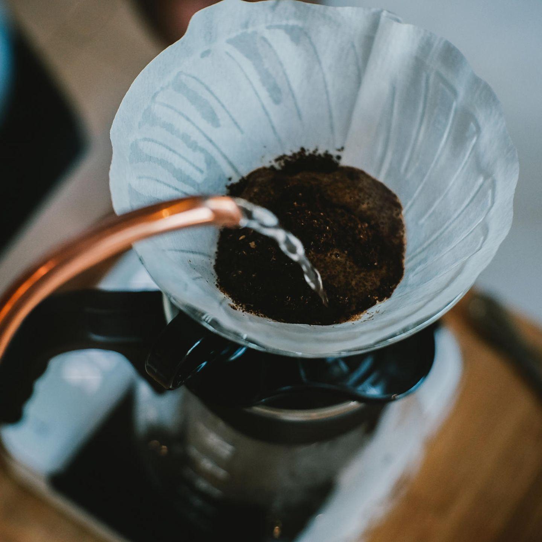 Kaffee-Fehler: Kaffee wird mit Wasser übergossen