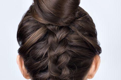 Einfache Frisuren: Frau mit Dutt und eingeflochtenem Zopf