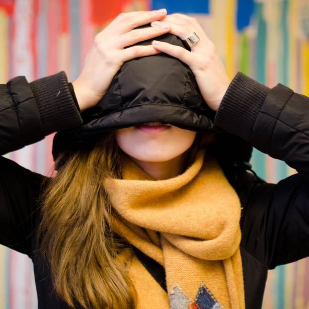 Hochstapler-Syndrom: Eine Frau versteckt sich unter ihrer Kapuze