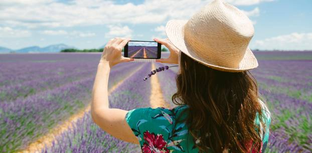 Fünf Tipps für tolle Bilder mit dem Smartphone! – Frau fotografiert Lavendelfelder