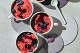 Himbeer-Skyr-Eis mit Früchten und Cassis-Soße