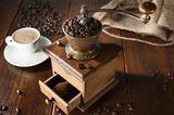 Kaffee-Fehler: Kaffeebohnen in einer Kaffeemühle