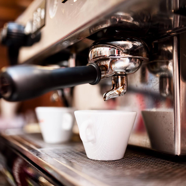 Kaffee-Fehler: Kaffeevollautomat mit Espressotasse