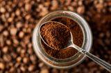 Kaffee-Fehler: Kaffeepulver auf einem Löffel