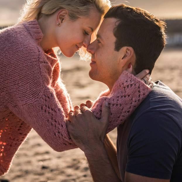 Welches Sternzeichen passt zu Krebs? Ein Liebespärchen am Strand
