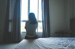 Depressive Verstimmung: Frau am Fenster