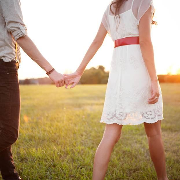 Horoskop: Eine Frau führt ihren Mann an der Hand