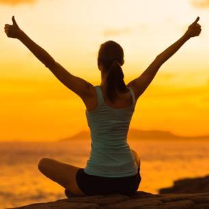 Horoskop: Eine junge Frau hält die Daumen hoch
