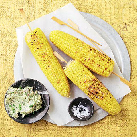 Gegrillte Maiskolben mit Kräuterbutter