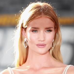 Rosie Huntington-Whitely mit Ohrringen