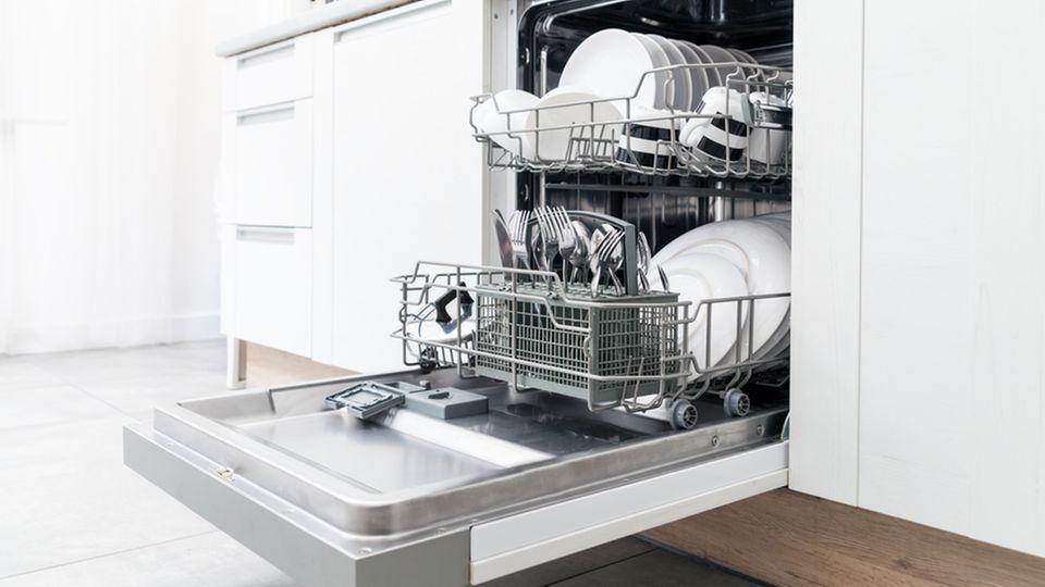 Spülmaschinentabs selber machen: Spülmaschine mit offener Tür und mit sauberem Geschirr befüllt