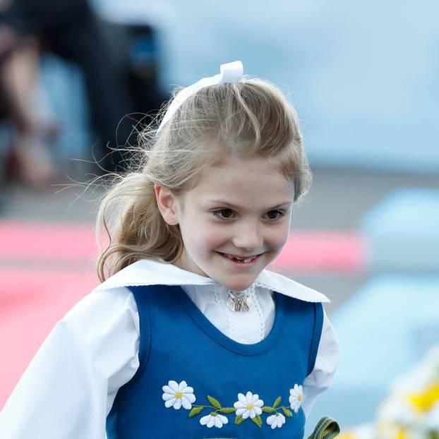 Estelle von Schweden im blauen Kleid
