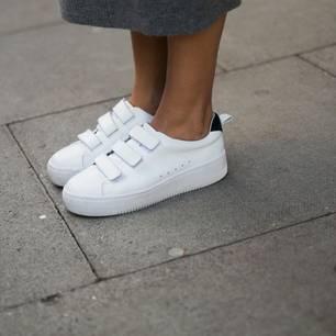 Grandpa Sneaker: Frau mit weißen Adidas Stan Smith