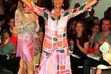 Diane von Fürstenberg auf dem Laufsteg mit erhobenen Händen