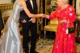 Kendra Spears gibt der Queen die Hand