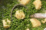 Frische Erbsensuppe mit Grießklößchen