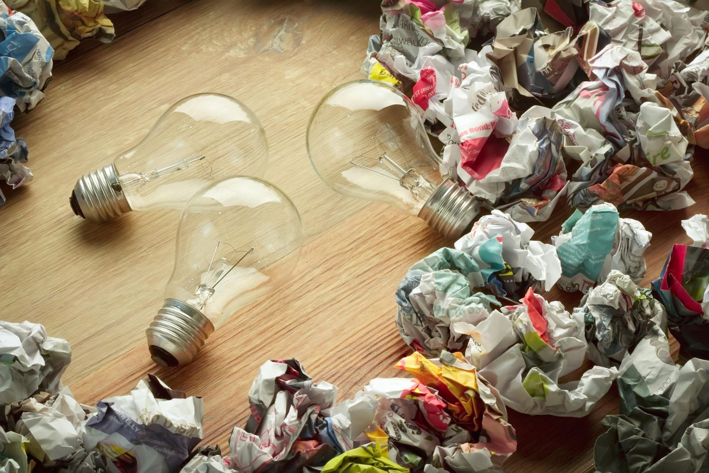 Glühbirnen entsorgen: Glühbirnen und Zeitungspapier