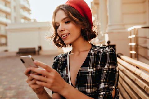 Emojis und Sex: Frau mit Handy