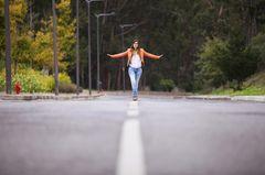 Selbstbewusstsein stärken: Eine Frau balanciert auf einer Linie