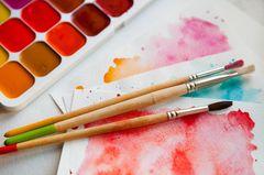 Aquarell malen: Aquarellkasten, Pinsel und Papier