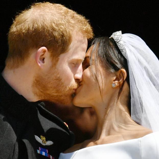 Meghan Markle und Prinz Harry küssen sich