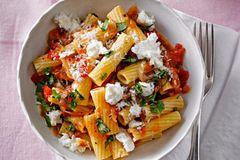 Pasta mit geschmorten Tomaten