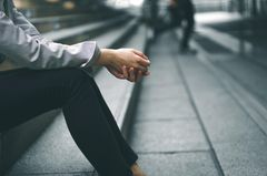 Erschöpfungsdepression: Frau sitzt auf einer Treppe