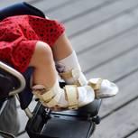 Mädchen im Rollstuhl zeigt, wie wichtig Diversität in der Werbung ist