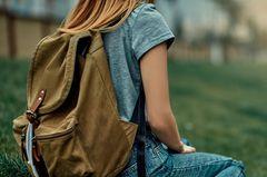Rucksack waschen: Frau mit Rucksack