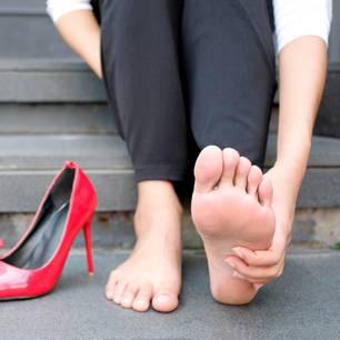 Cankles: Frau massiert ihre Füße