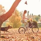 Horoskop: Eine Frau auf dem Fahrrad mit Hund