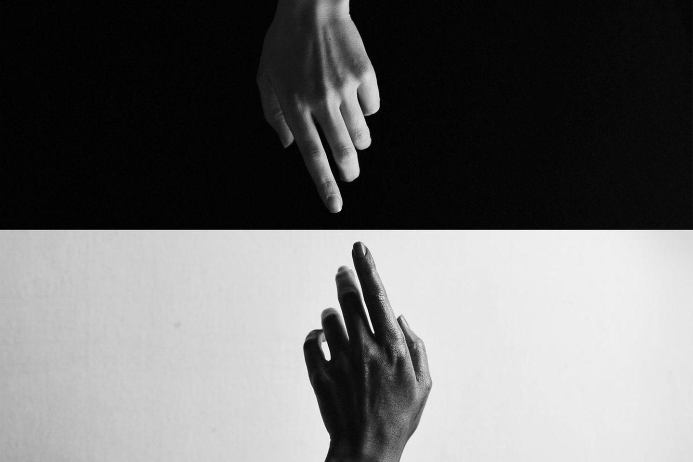 Kein Mittelmaß kennen - wieso bist du so extrem?: Hände auf schwarzem und weißem Hintergrund