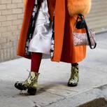 Kroko-Boots kombiniert mit orange-farbenem Mantel