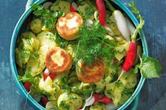 Kartoffelsalat mit gebratenem Ziegenkäse