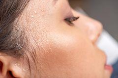Schweiß Mythen: Frau mit Schweiß an der Schläfe