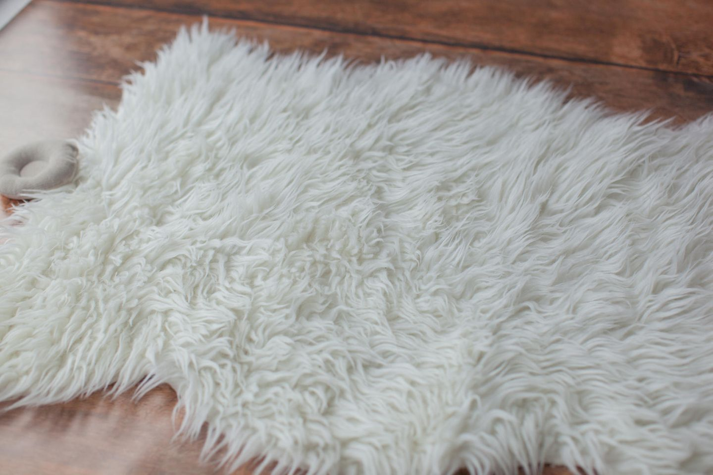 Lammfell waschen: Lammfell auf Boden