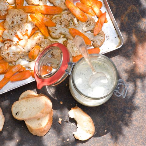 Möhren-Blumenkohlsalat mit Joghurt-Dip