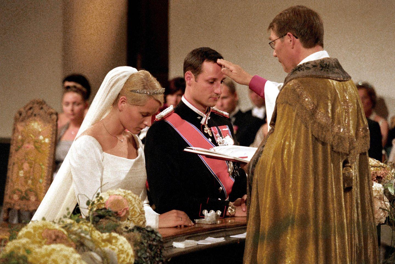 Mette-Marit und Prinz Haakon vor dem Altar
