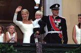 Mette-Marit und Prinz Haakon winken vom Balkon