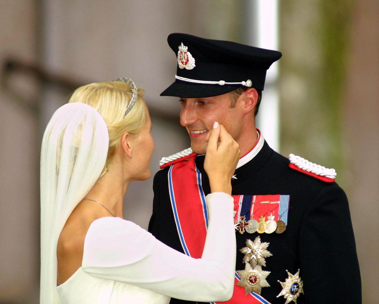 Mette-Marit und Prinz Haakon sehen sich an