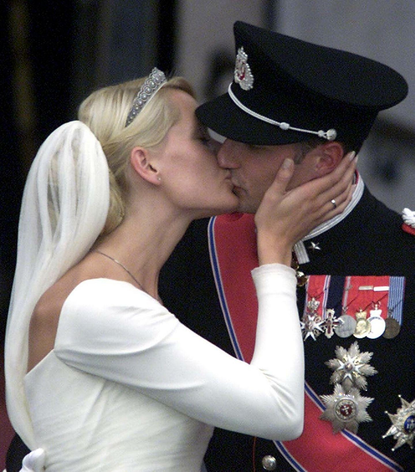 Mette-Marit und Prinz Haakon küssen sich