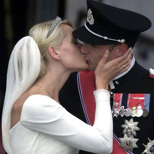 Prinz Haakon und Mette Marit küssen sich