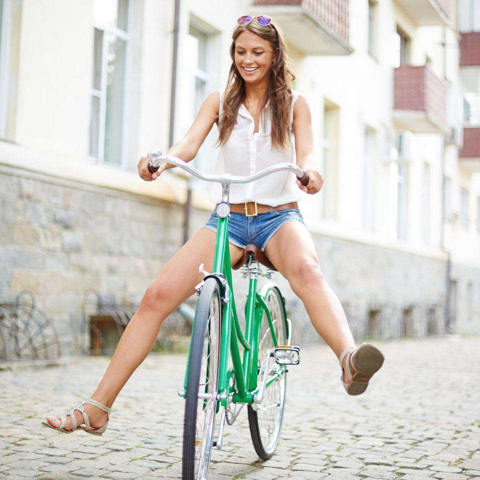 6-3-6-3-Methode: Eine Frau auf dem Fahrrad