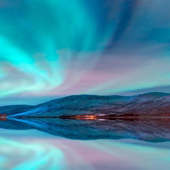 Polarlichter: Großer See und Berg, darüber Polarlichter