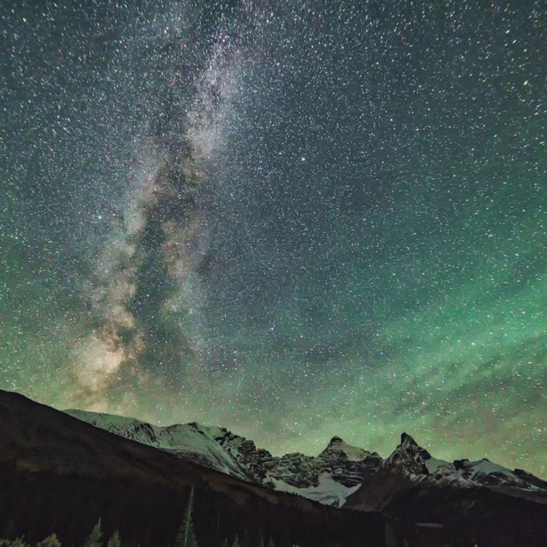 Polarlichter: Nachthimmel mit Sternen und leicht grünen Polarlichtern