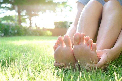 Nagelpilz Hausmittel: Füße auf der Wiese